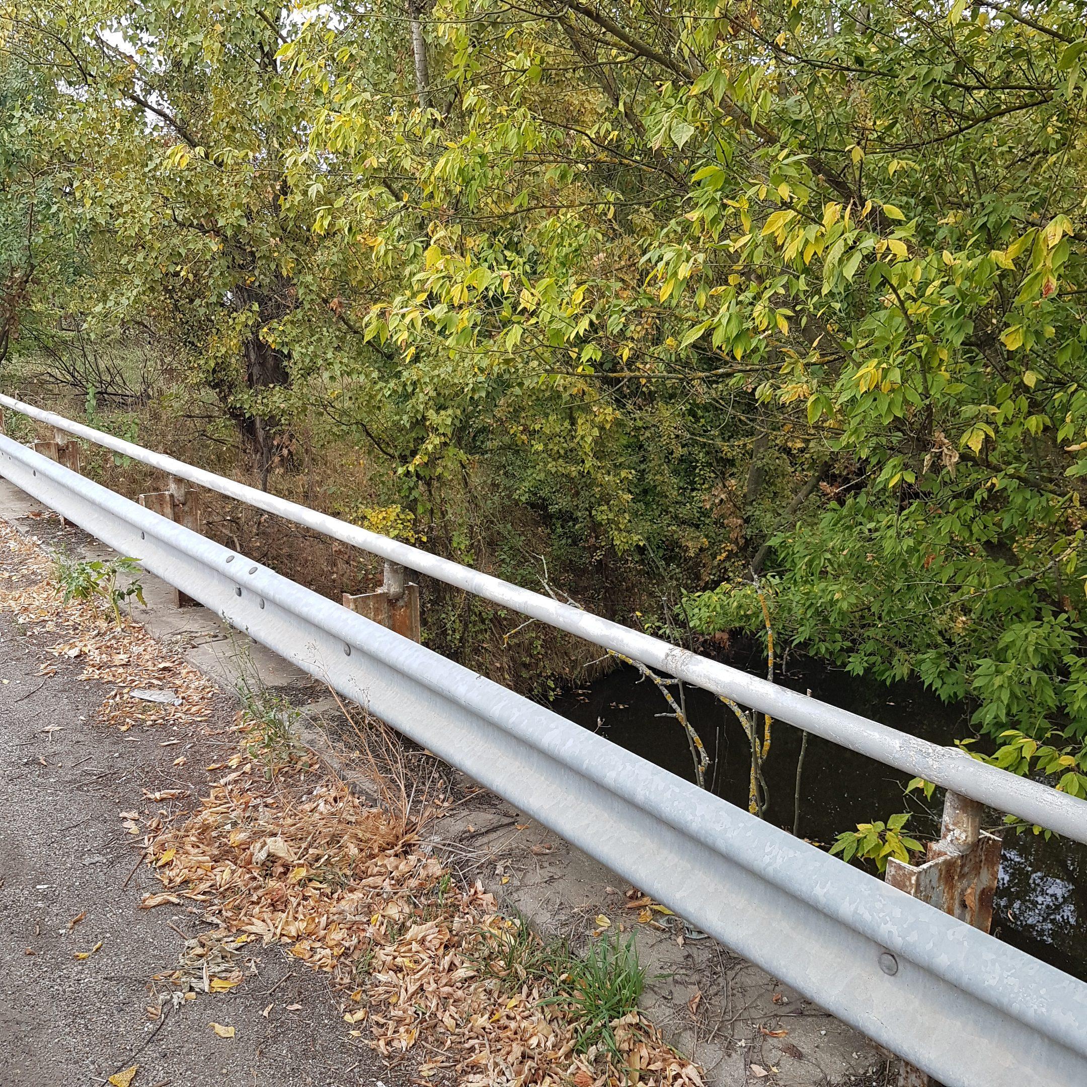 The guardrail hiding the geocache - itstartswithacoffee.com #geocache #geocaching #geocachingHungary #geocachinghide #ihideit #petling #guardrail