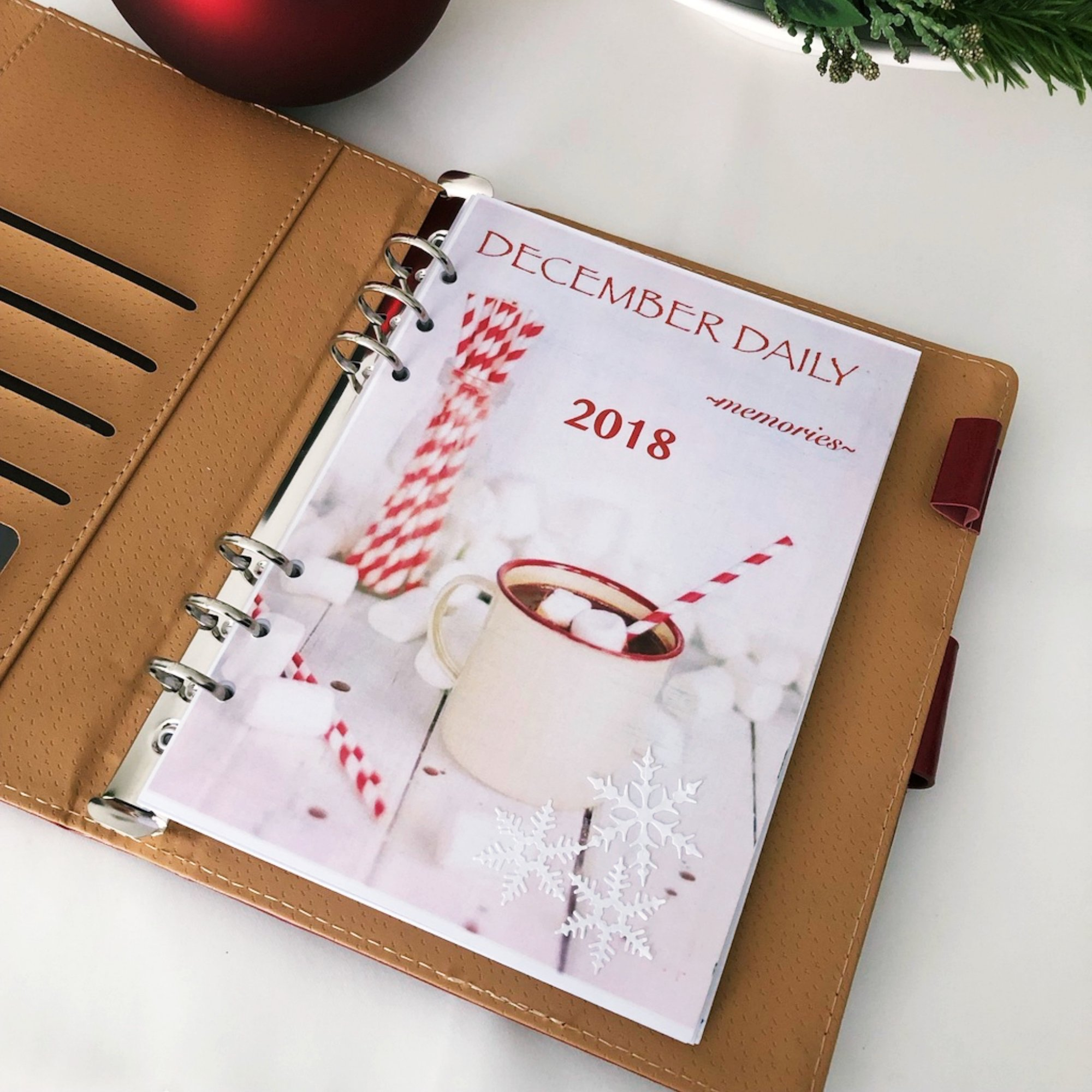 Creative journaling - December daily memories - Cover page - itstartswithacoffee.com #creativejournaling #journaling #December #2018 #2018December #coverpage