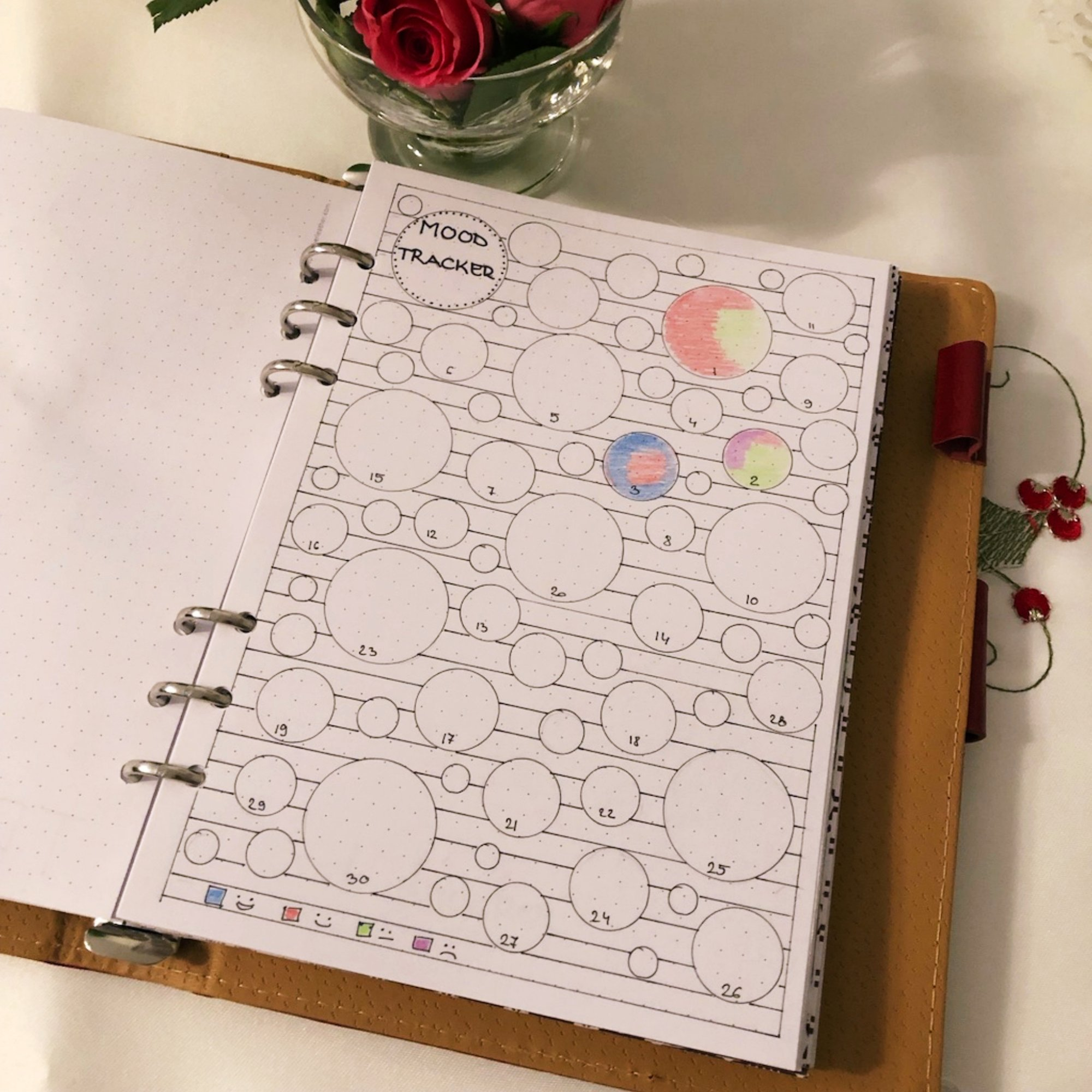 Mood tracker - Bubbles - itstartswithacoffee.com #moodtracker #tracker #journaling #planning #creativejournal #creativejournaling