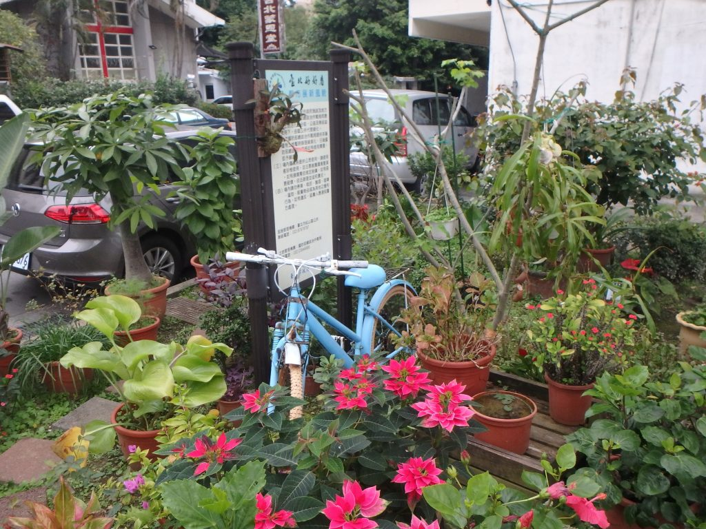 The light blue bicycle in the garden - itstartswithacoffee.com