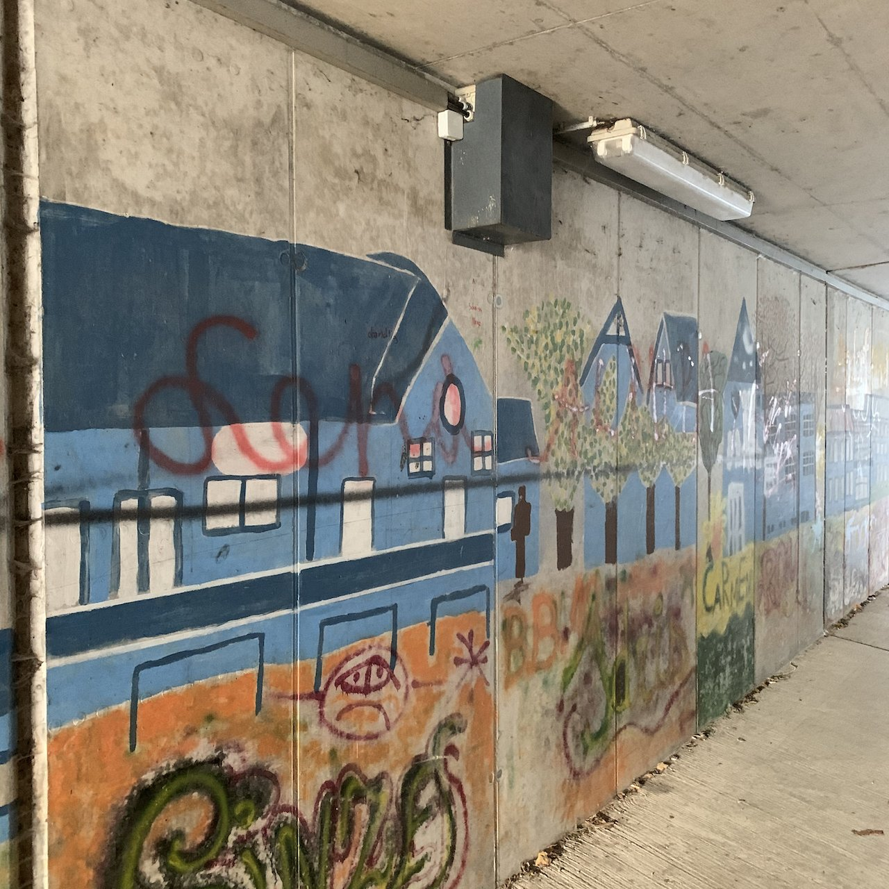 Geocache under the rail lines - not too obvious at first look - itstartswithacoffee.com  #geocache #geocaching  #geocachingAustria #geocachingAT #electricalbox #electricaljunctionbox #wallart